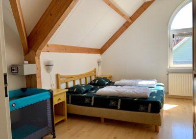Slaapkamer met kinderbedje